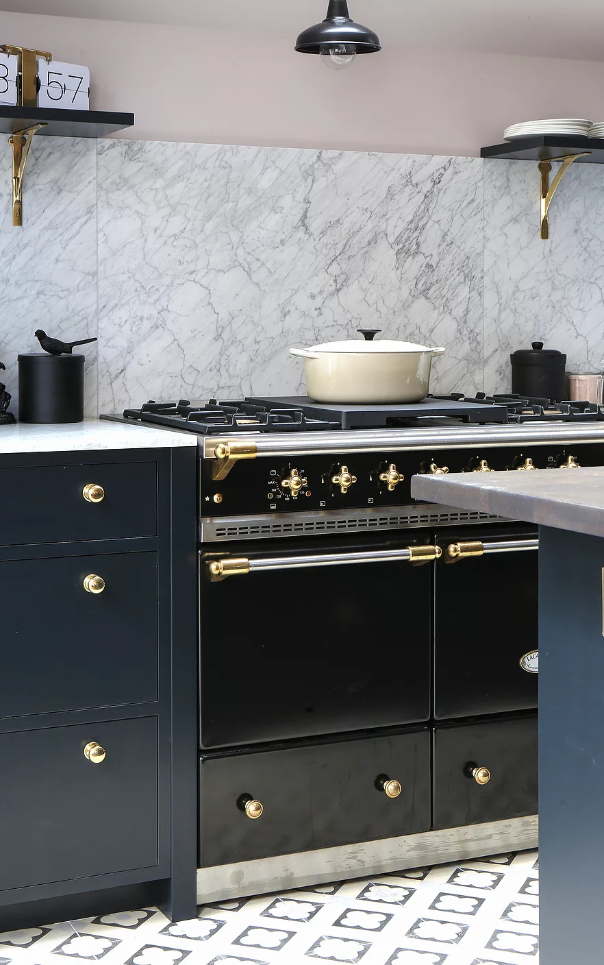 1553970809 316 amazing kitchen design with touches of gold - Amazing Kitchen Design With Touches Of Gold