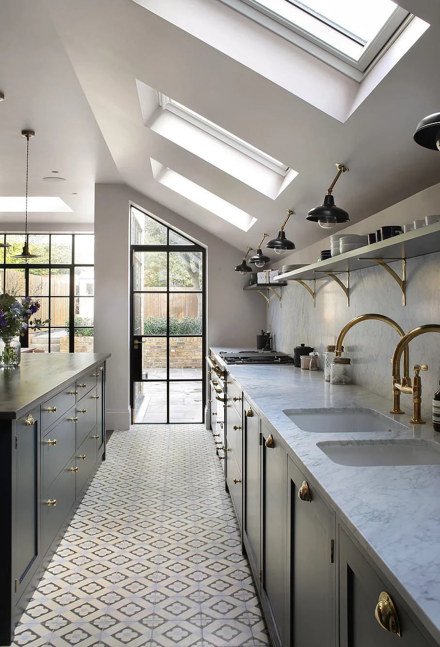 1553970809 359 amazing kitchen design with touches of gold - Amazing Kitchen Design With Touches Of Gold