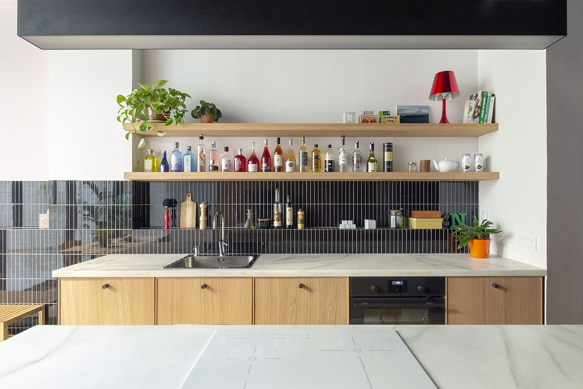 The open shelves give the kitchen a very homely appearance which in turns has a positive effect on the office as a whole