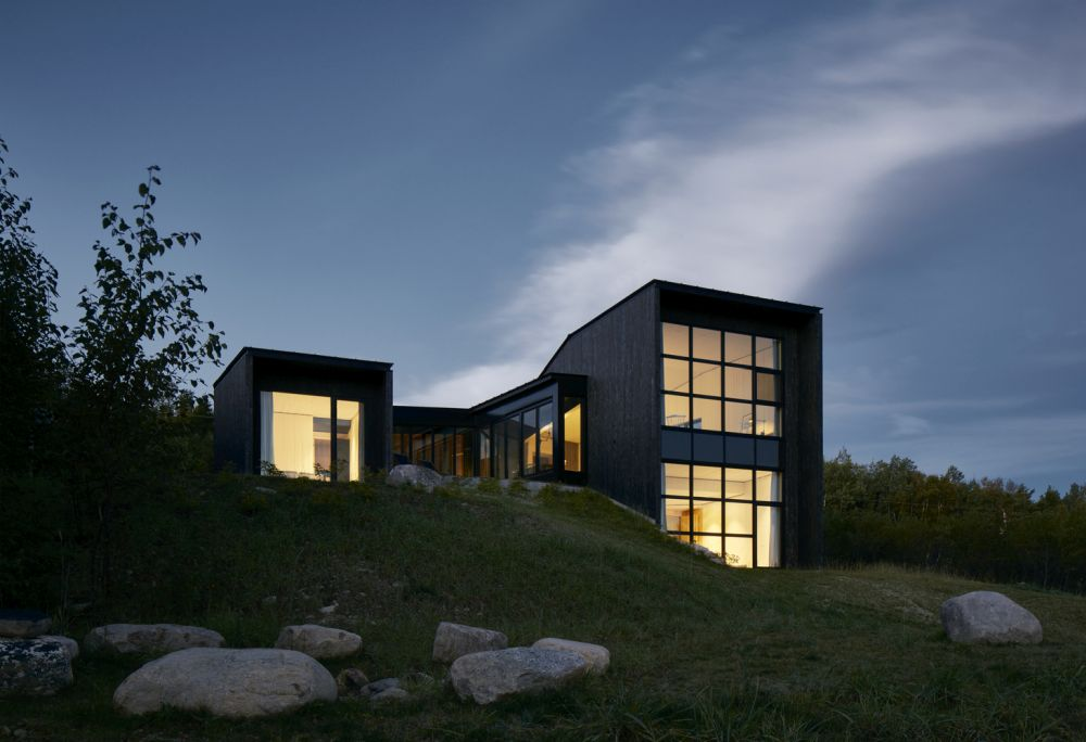 1556785097 130 houses with black cladding that are in harmony with their surroundings - Houses With Black Cladding That Are in Harmony With their Surroundings