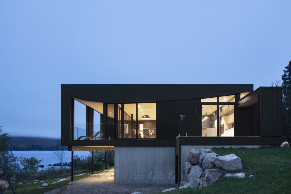 1556785098 182 houses with black cladding that are in harmony with their surroundings - Houses With Black Cladding That Are in Harmony With their Surroundings