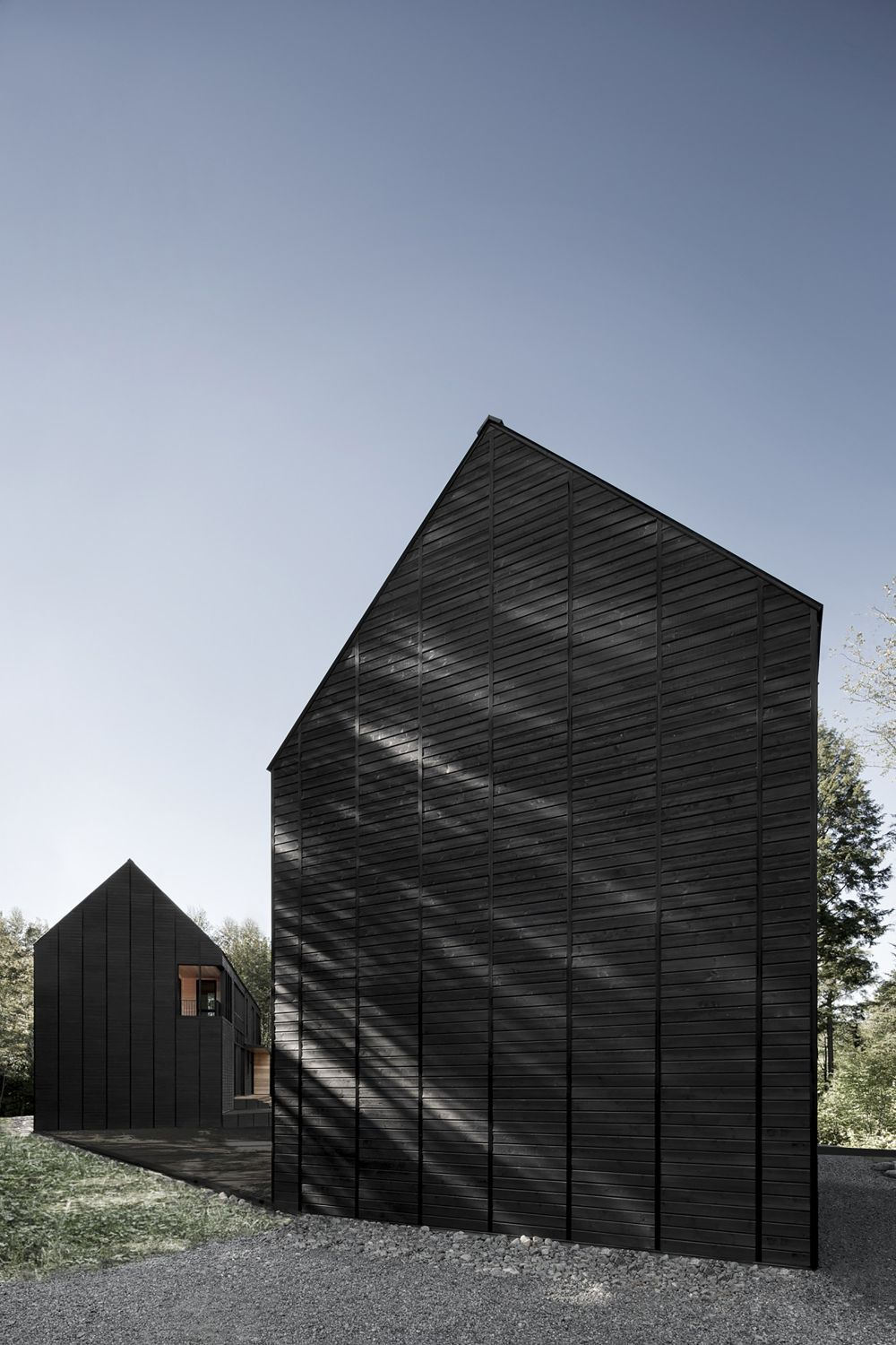 1556785098 207 houses with black cladding that are in harmony with their surroundings - Houses With Black Cladding That Are in Harmony With their Surroundings