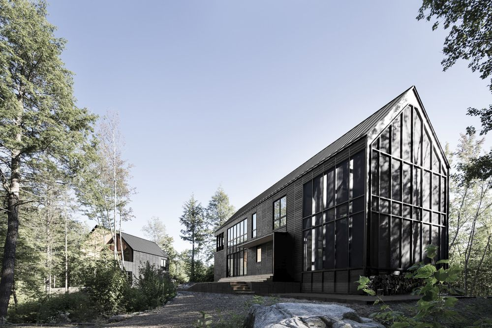 1556785098 543 houses with black cladding that are in harmony with their surroundings - Houses With Black Cladding That Are in Harmony With their Surroundings