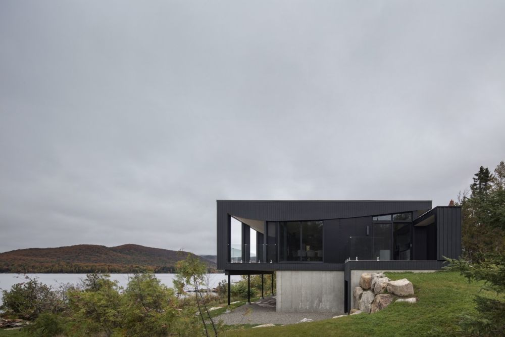 1556785098 573 houses with black cladding that are in harmony with their surroundings - Houses With Black Cladding That Are in Harmony With their Surroundings