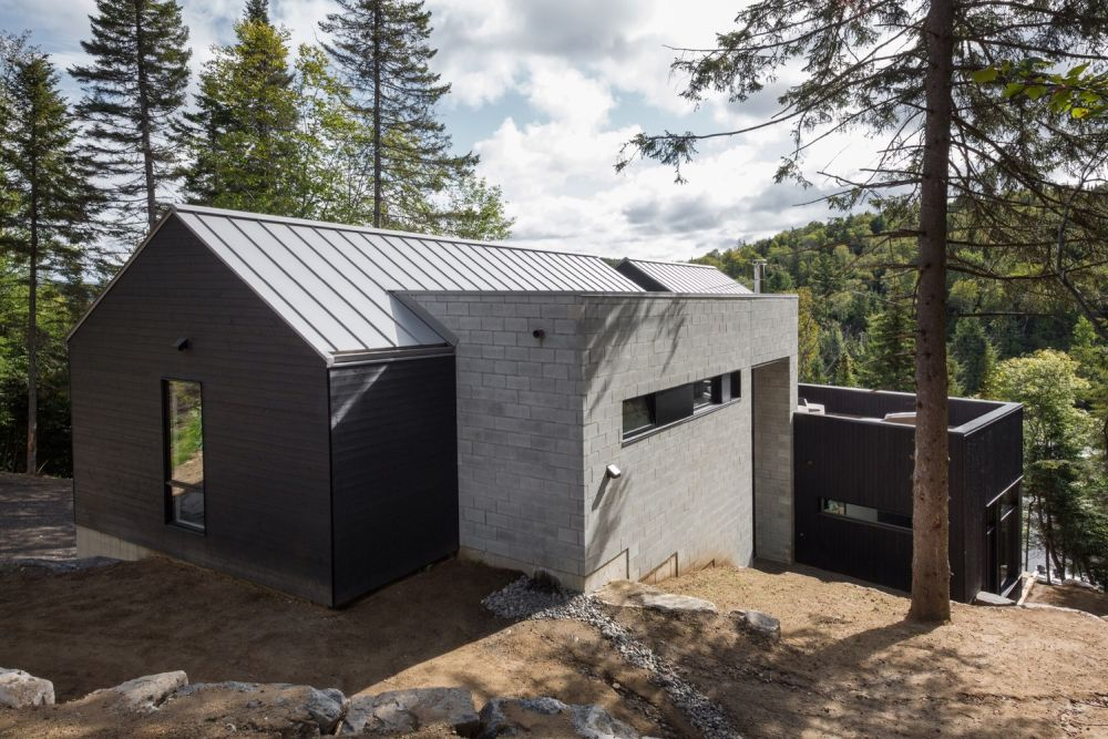 1556785098 990 houses with black cladding that are in harmony with their surroundings - Houses With Black Cladding That Are in Harmony With their Surroundings