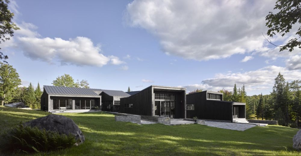 1556785099 564 houses with black cladding that are in harmony with their surroundings - Houses With Black Cladding That Are in Harmony With their Surroundings