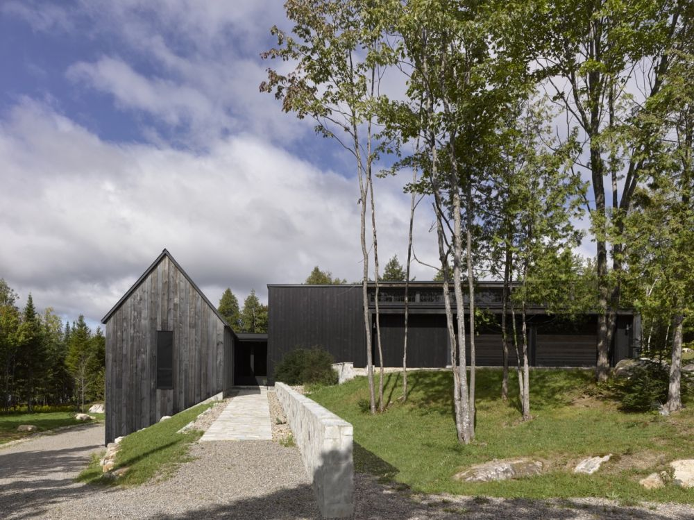 1556785099 961 houses with black cladding that are in harmony with their surroundings - Houses With Black Cladding That Are in Harmony With their Surroundings