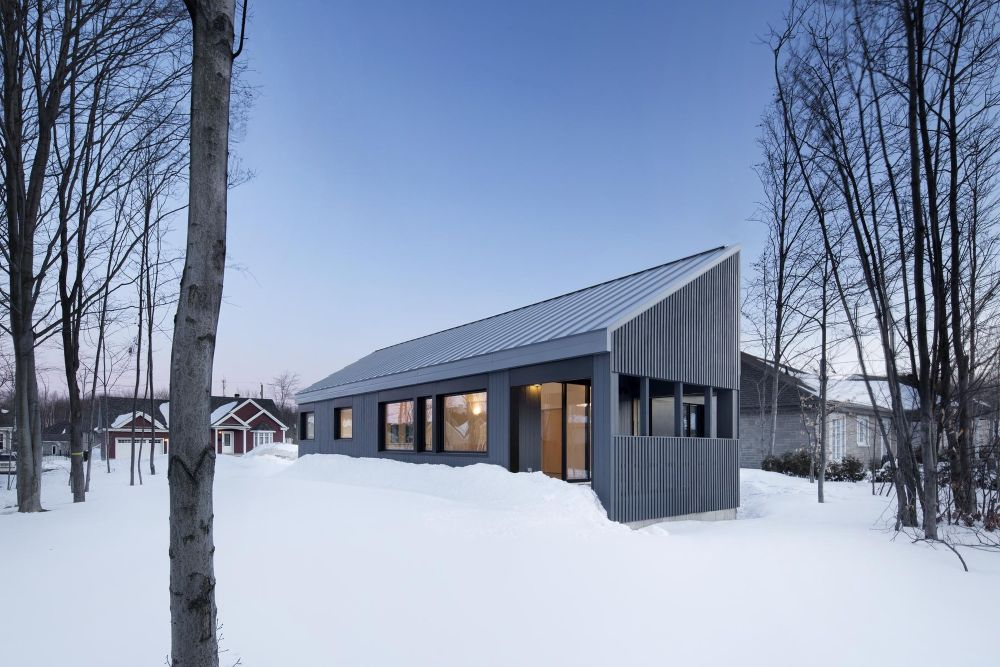 1556785102 208 houses with black cladding that are in harmony with their surroundings - Houses With Black Cladding That Are in Harmony With their Surroundings