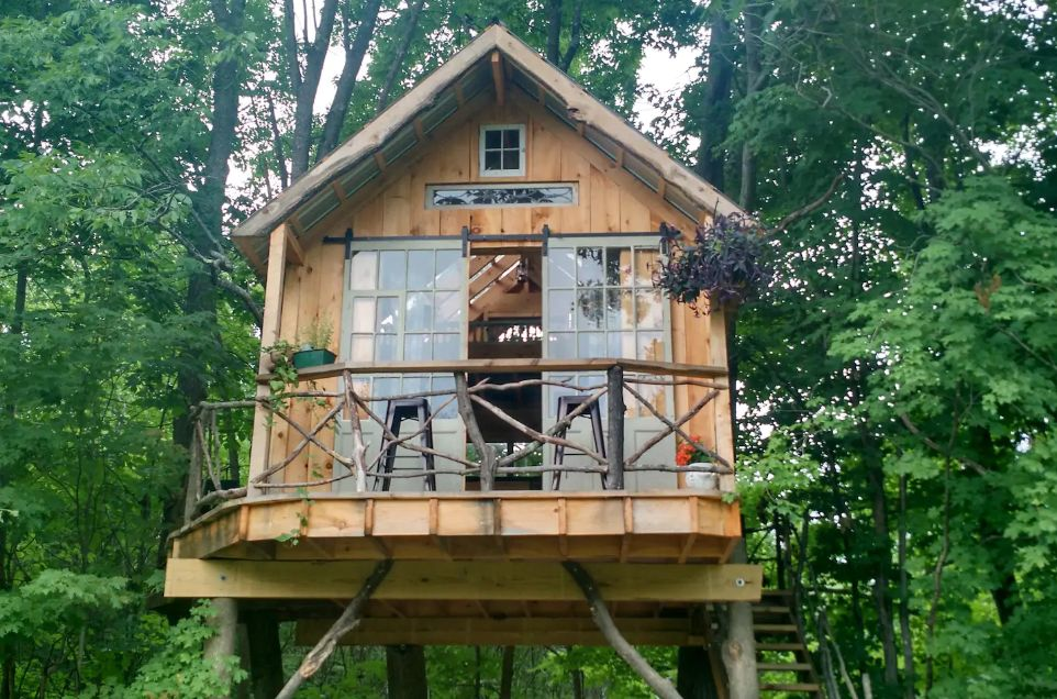 1556876277 56 15 amazing treehouse rentals take you off the grid in style - 15 Amazing Treehouse Rentals Take You Off The Grid In Style
