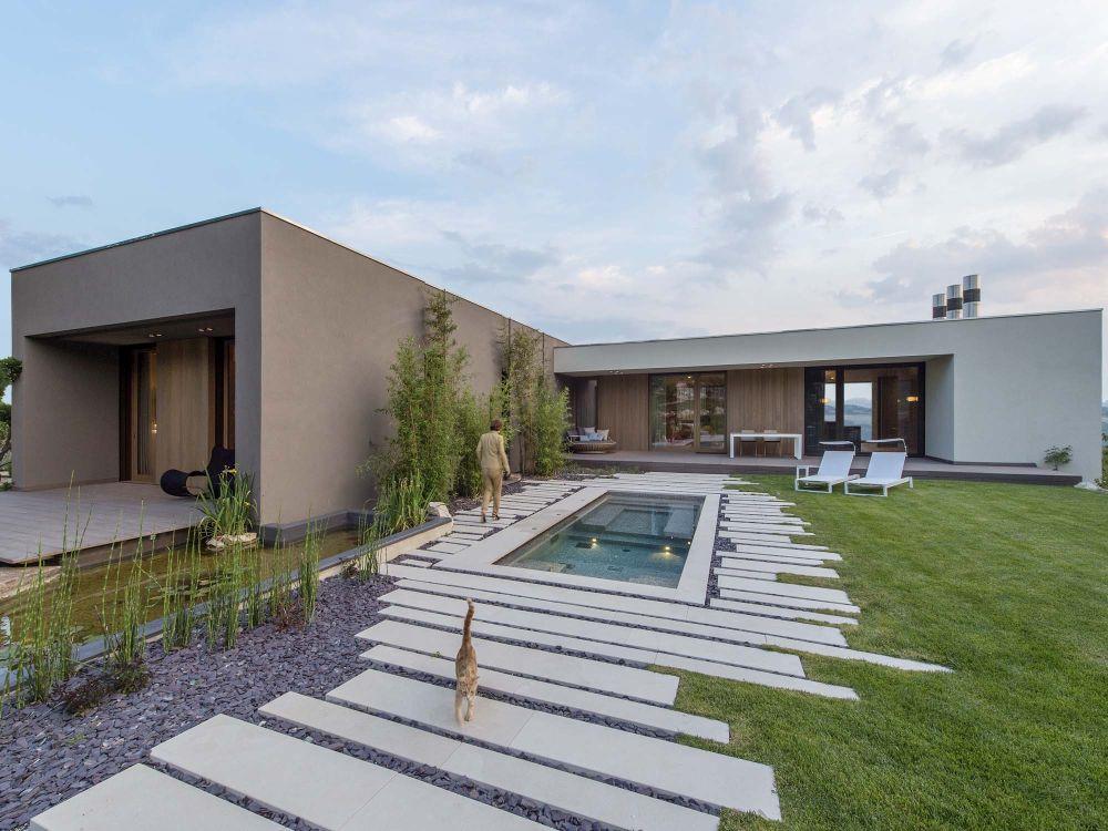 1558698437 29 create a beautiful backyard that makes relaxing stylish and comfortable - Create a Beautiful Backyard That Makes Relaxing Stylish and Comfortable