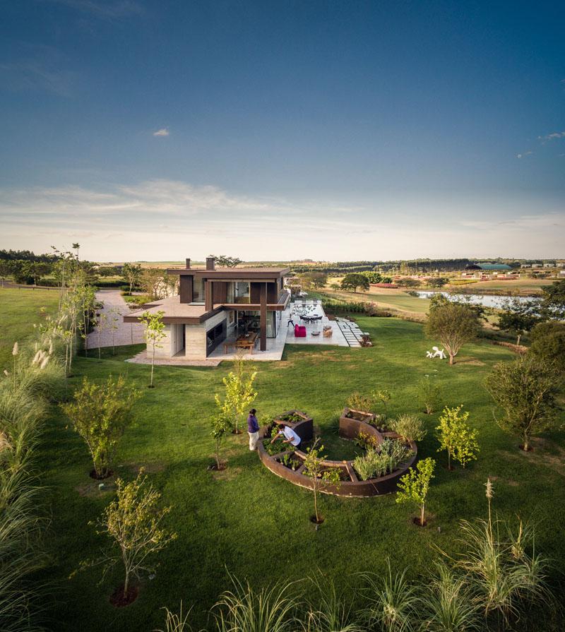 1558698437 459 create a beautiful backyard that makes relaxing stylish and comfortable - Create a Beautiful Backyard That Makes Relaxing Stylish and Comfortable