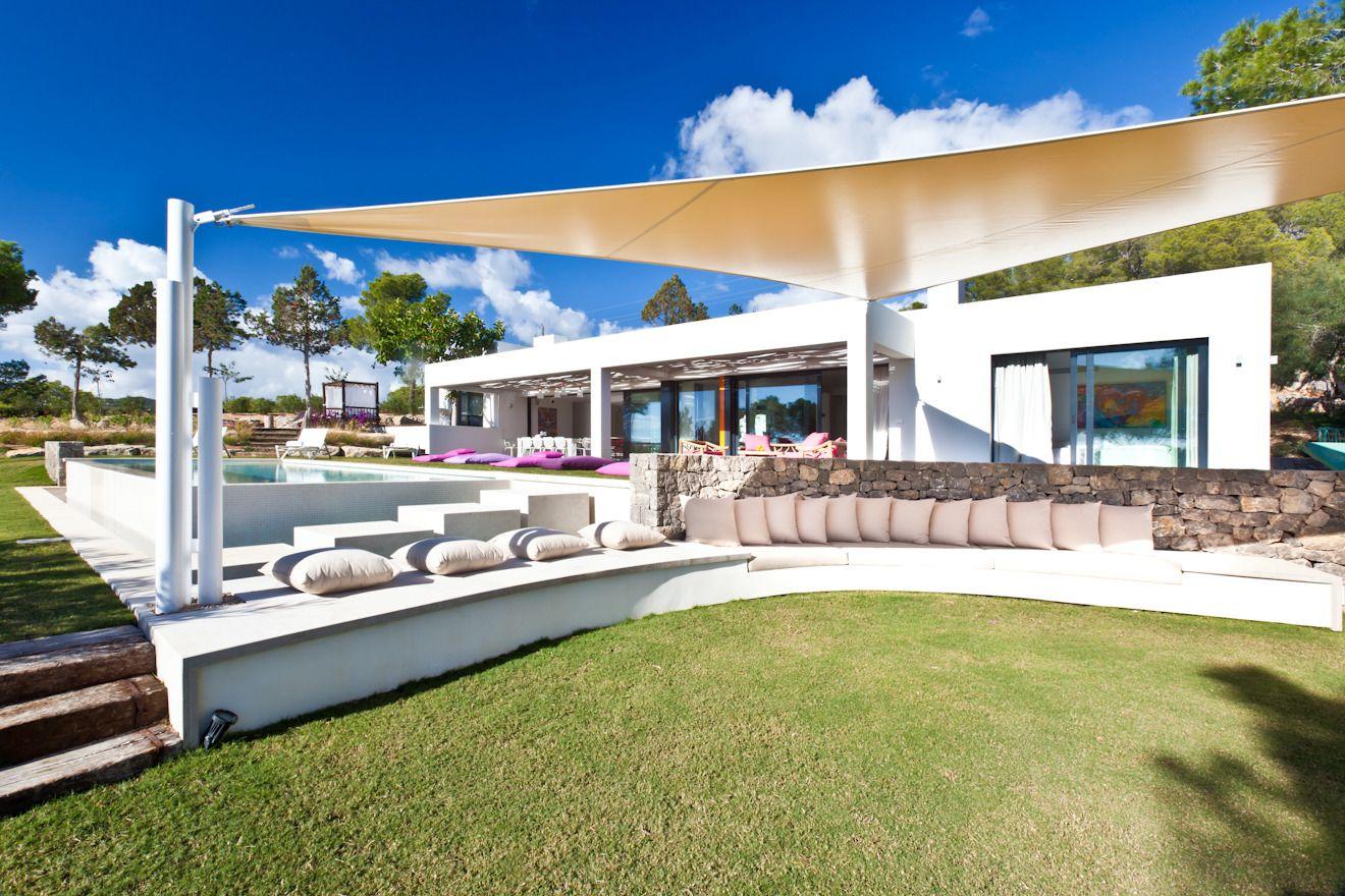 1558698437 463 create a beautiful backyard that makes relaxing stylish and comfortable - Create a Beautiful Backyard That Makes Relaxing Stylish and Comfortable