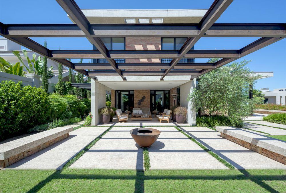 1558698438 958 create a beautiful backyard that makes relaxing stylish and comfortable - Create a Beautiful Backyard That Makes Relaxing Stylish and Comfortable