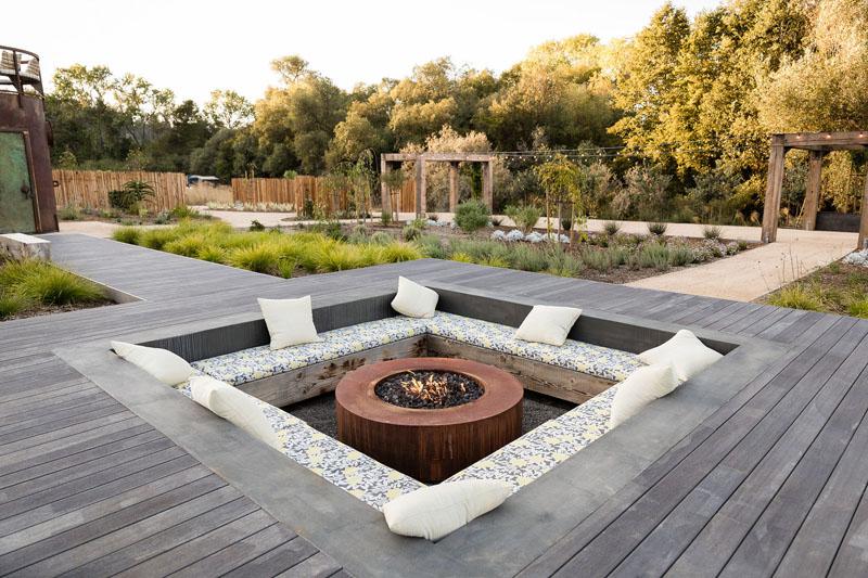 1558698438 979 create a beautiful backyard that makes relaxing stylish and comfortable - Create a Beautiful Backyard That Makes Relaxing Stylish and Comfortable
