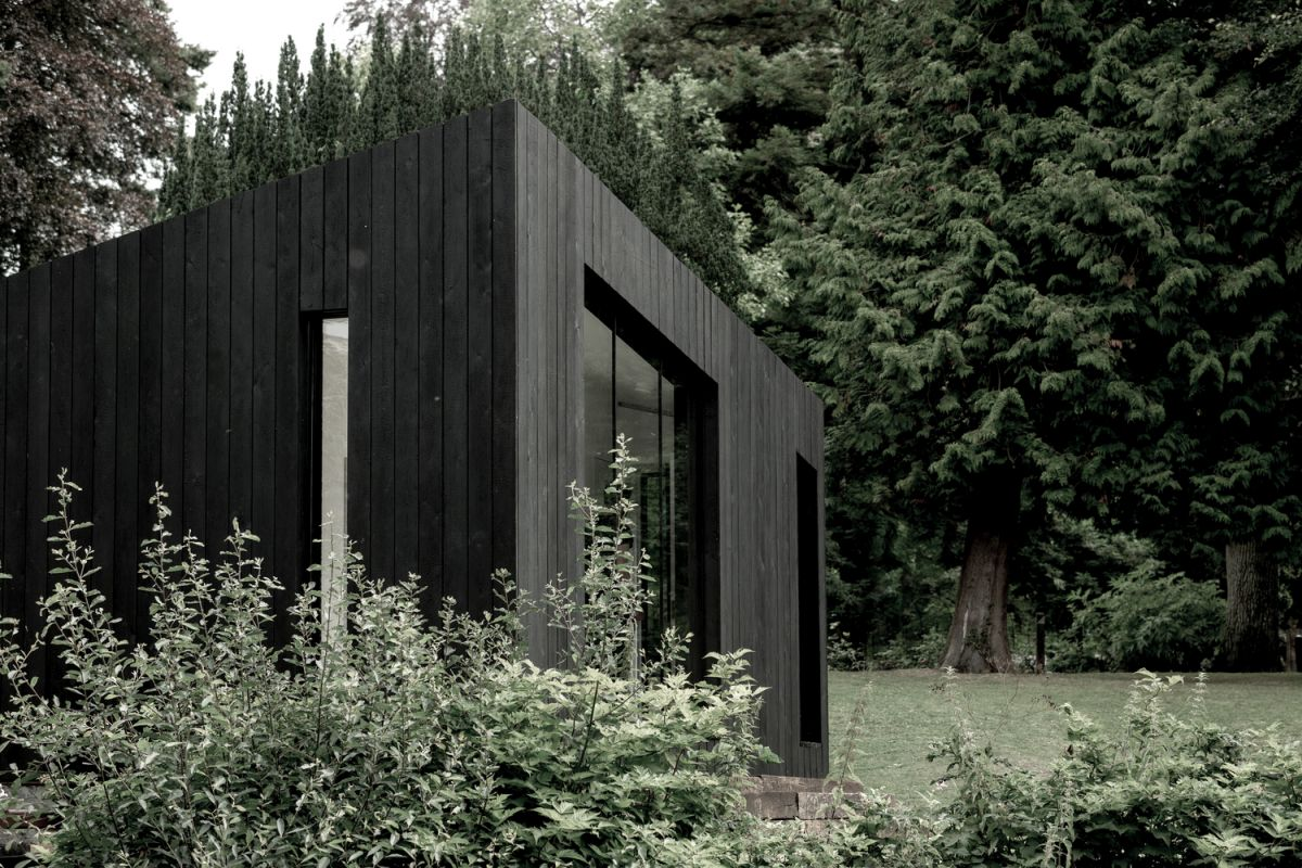 modular prefab cabin with a stylish black exterior - Modular Prefab Cabin With a Stylish Black Exterior