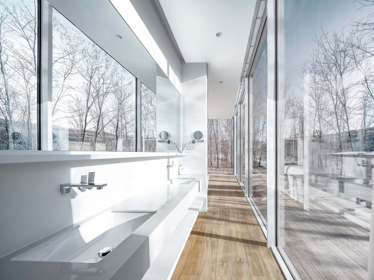 The interior design is generally very simple and airy, allowing the focus to be on the panoramic views