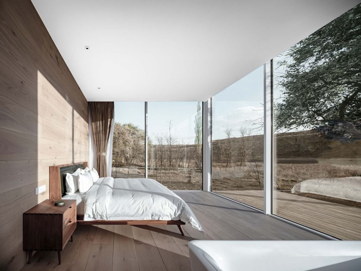 The corner rooms are the most privileged thanks to the three-sided glass curtain which frames the hotel
