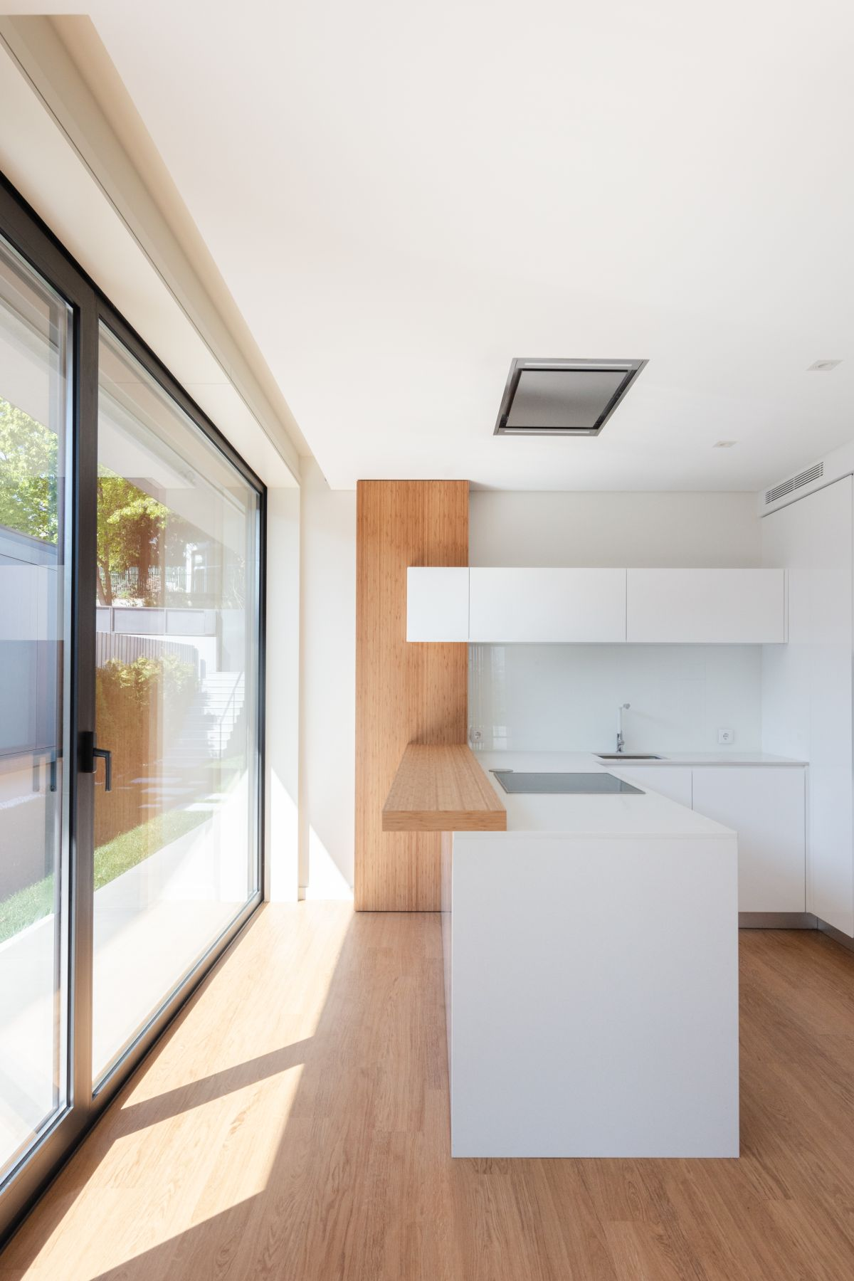 Inside, the architects chose to use a palette of neutral colors and simple materials