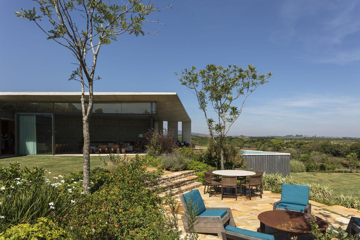 1564063567 696 modern single story house captures the morning sun - Modern Single-Story House Captures The Morning Sun