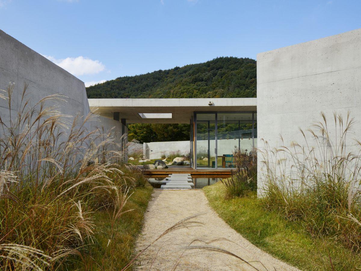 1567587287 61 beautiful houses with modern pergola extensions - Beautiful Houses With Modern Pergola Extensions