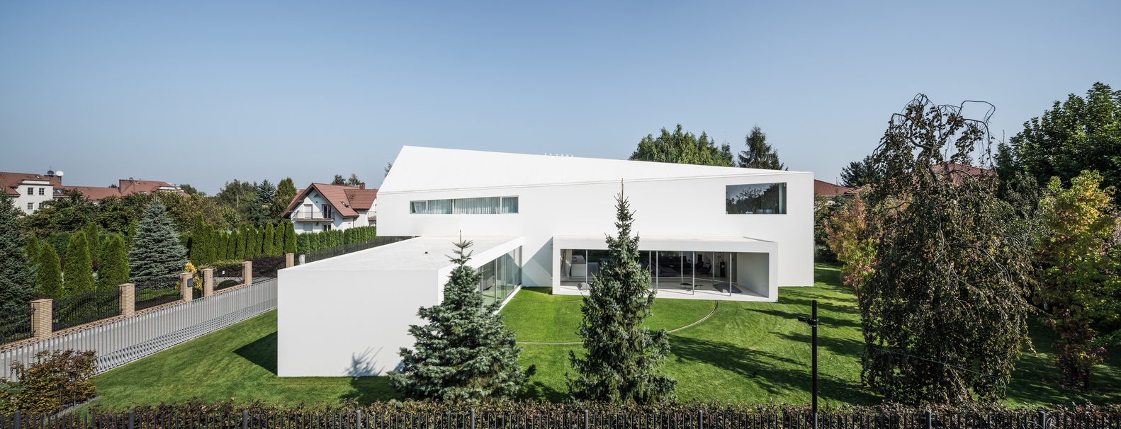The house has two main volumes arranged perpendicularly to one another