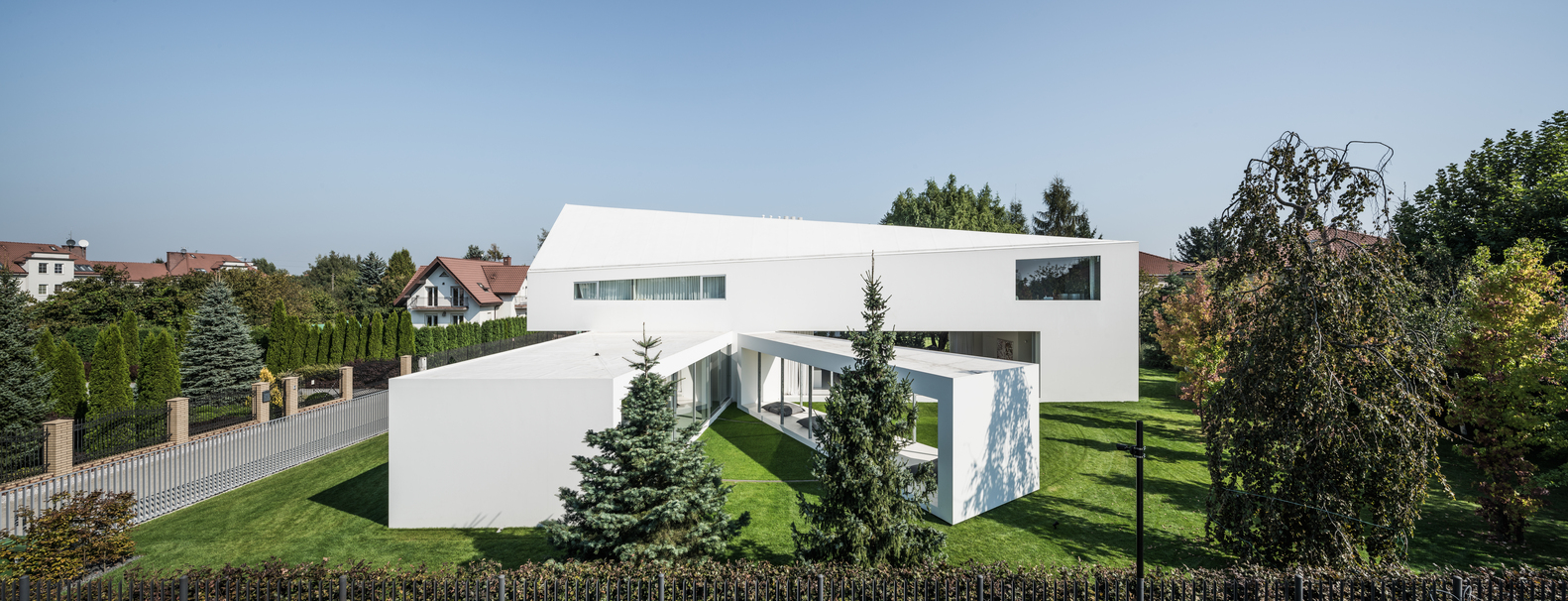 The house was designed to enjoy shade during summer and to let more sunlight in during the winter