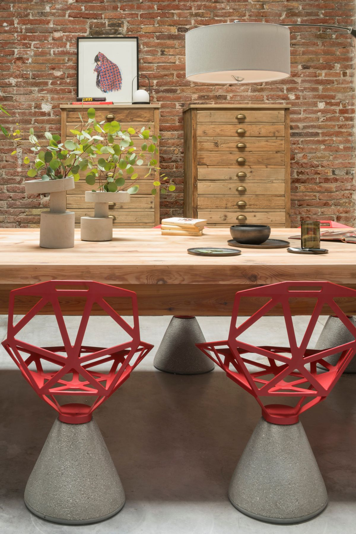 The furniture and the accessories feature contrasting styles but ultimately complement each other perfectly