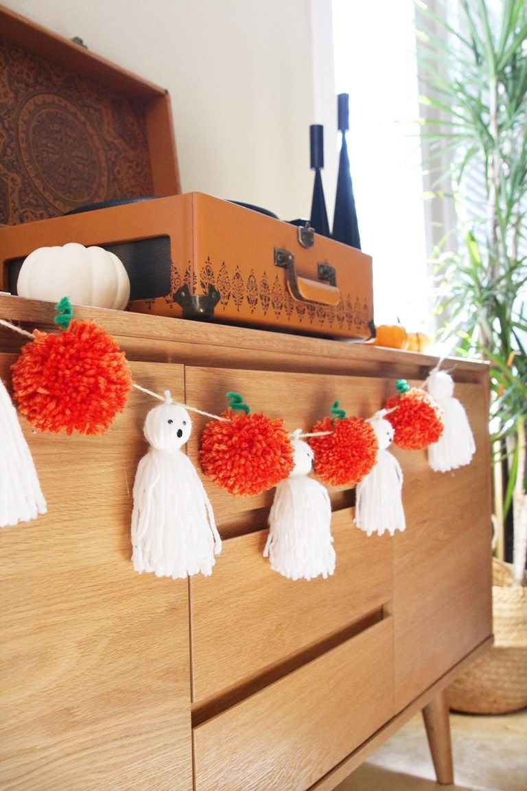 1570465729 287 15 amazing yarn halloween crafts that are absolutely adorable - 15 Amazing Yarn Halloween Crafts That Are Absolutely Adorable
