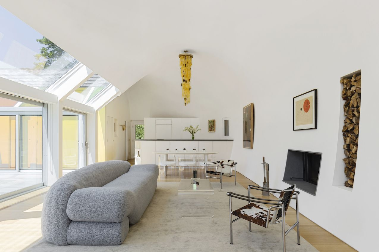 1571399381 582 long islands cocoon house hides lots of glass and boldly hued skylights - Long Island's Cocoon House Hides Lots of Glass and Boldly Hued Skylights