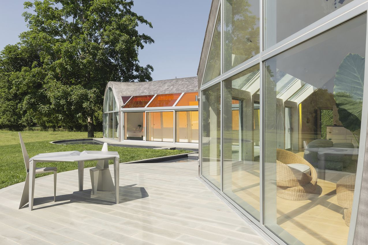 1571399382 816 long islands cocoon house hides lots of glass and boldly hued skylights - Long Island's Cocoon House Hides Lots of Glass and Boldly Hued Skylights