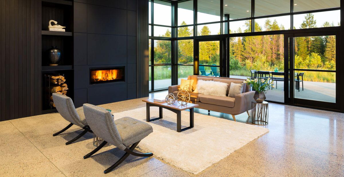 Large windows flood the living spaces with natural light and expose them to the gorgeous scenery