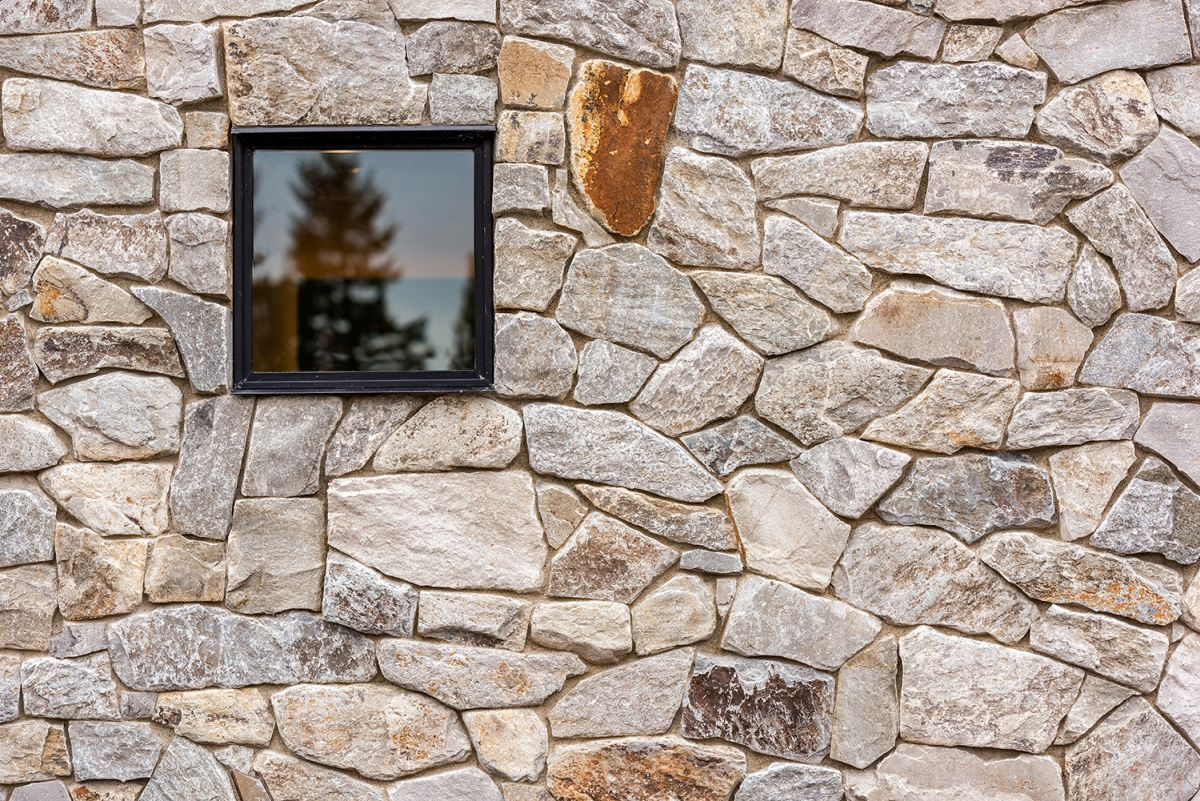 The stone surfaces give the house a very authentic and outstanding look, helping it to blend in with the terrain