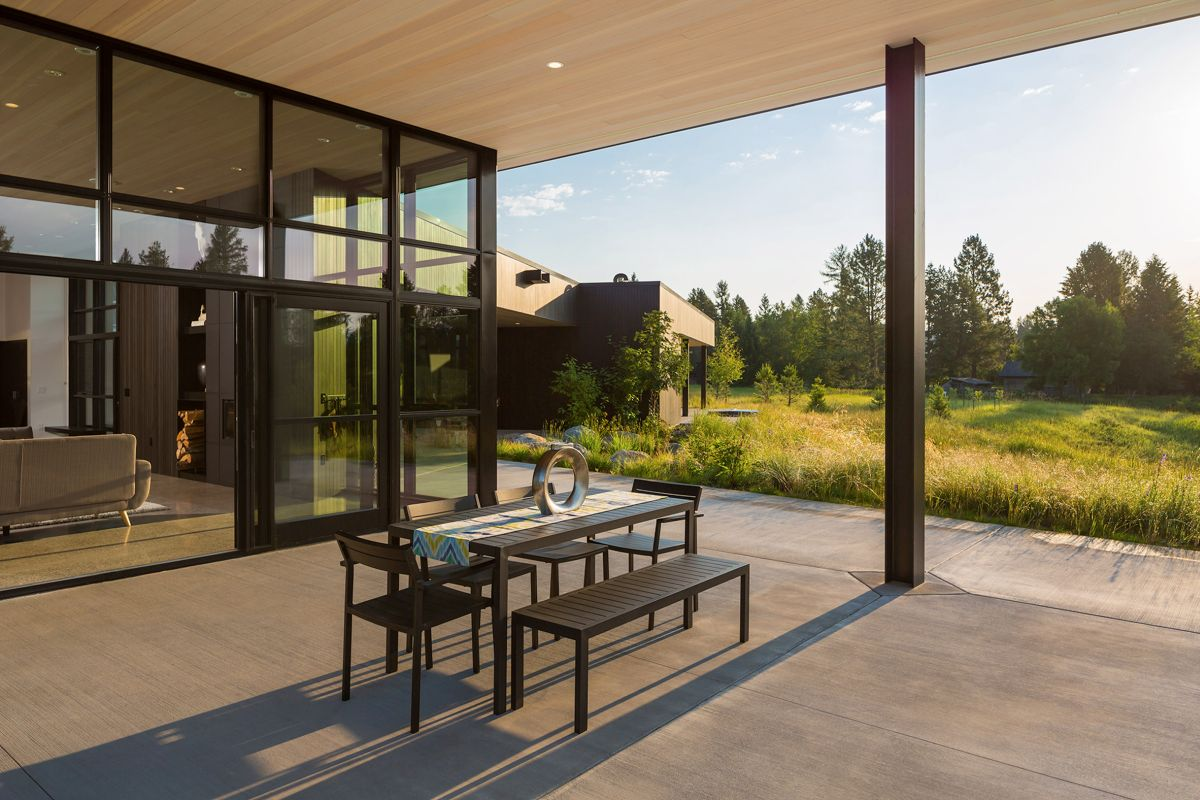 The green valley and the trees which surround the site turn this house into an amazing retreat