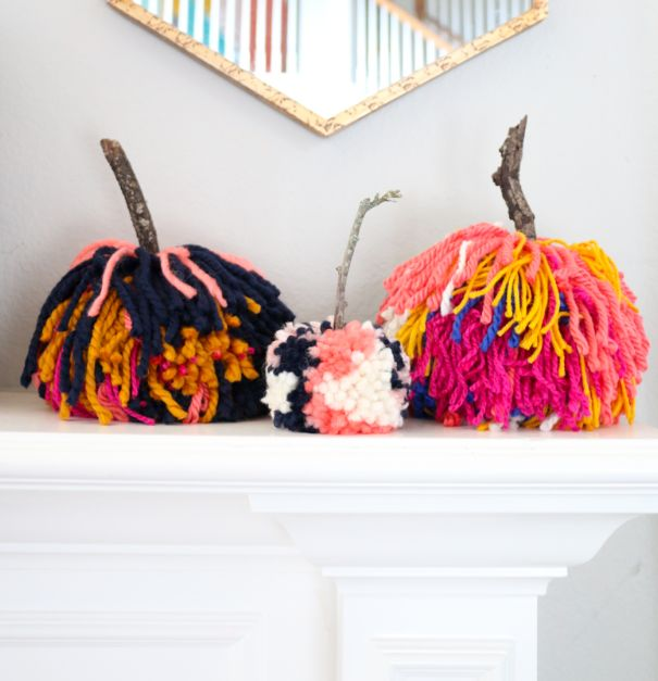 Large pom pom pumpkins - 15 Amazing Yarn Halloween Crafts That Are Absolutely Adorable