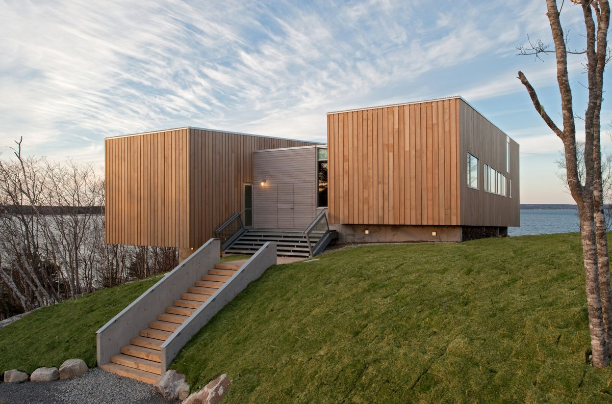 The wooden exterior shell gives the house a modern and welcoming look and disguises the steel frame