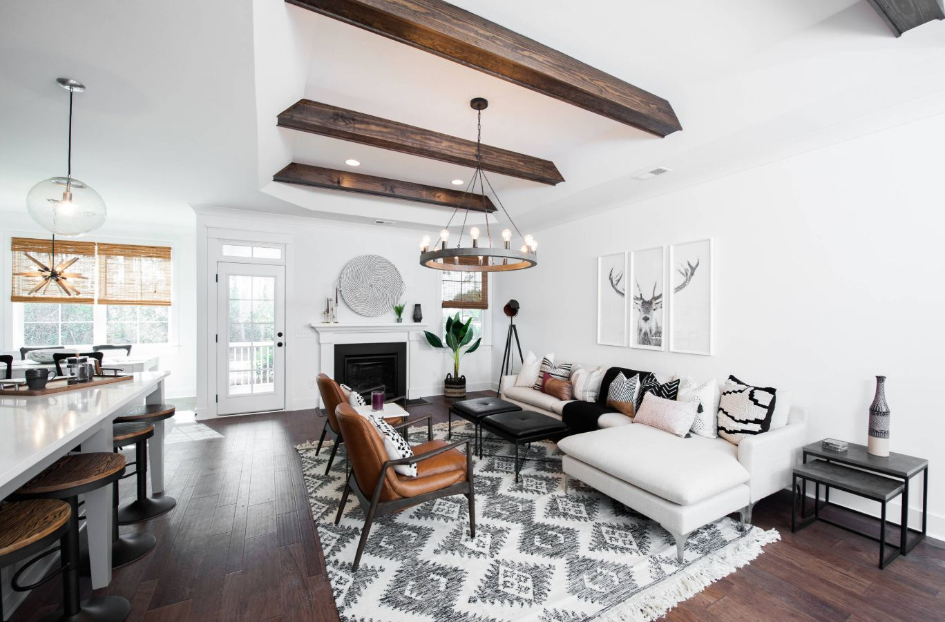 Another great combo puts together white living room furniture and wooden floors complemented by exposed beams
