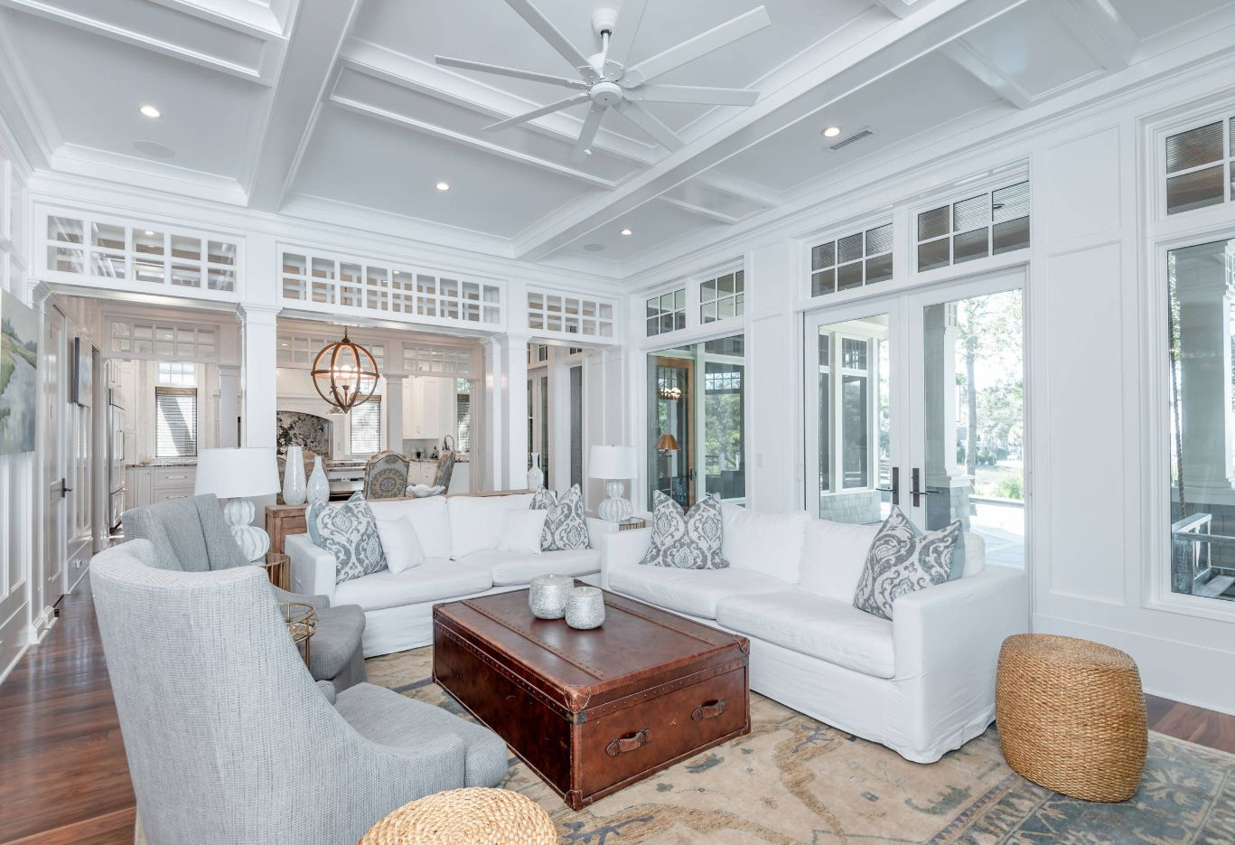 The combination of white furniture and white walls and ceilings can be a bit boring but not if you add contrasting focal points